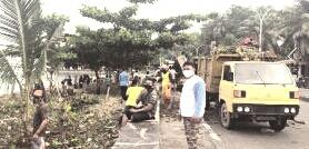 Puluhan Petugas DLH Bersihkan Pantai Mattirotasi