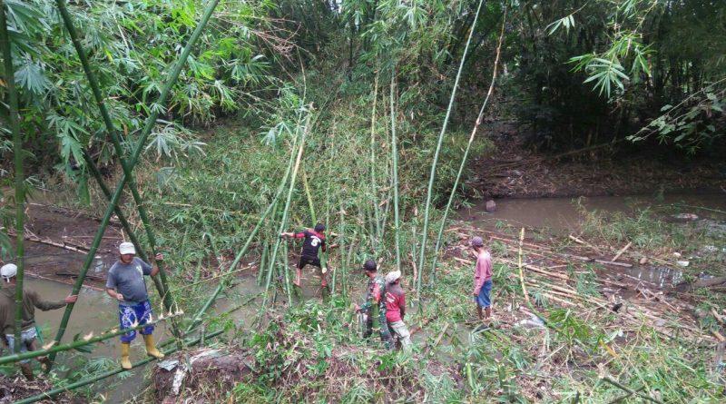 Cegah Banjir, Babinsa Limpomajang bersama Warga Bersihkan Sungai